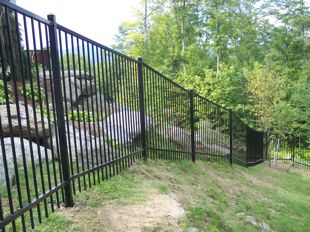 Ornamental steel aluminum round hill fence - Aluminum vs steel fencing ...