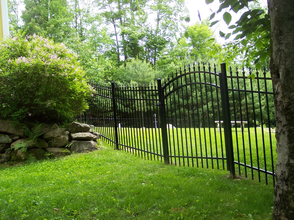 Ornamental steel aluminum round hill fence